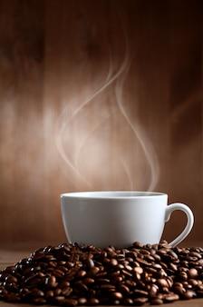Ciepła filiżanka kawy na brązowym tle