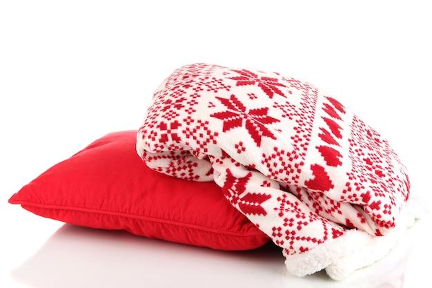 Ciepła krata i poduszka na białym tle