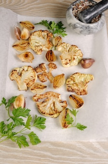 Ciepła przystawka ze smażonych kawałków kalafiora z czosnkiem i cebulą