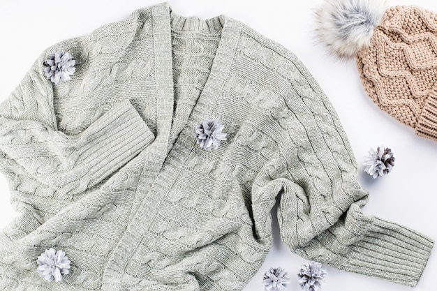 Ciepła, przytulna zimowa odzież na białym tle
