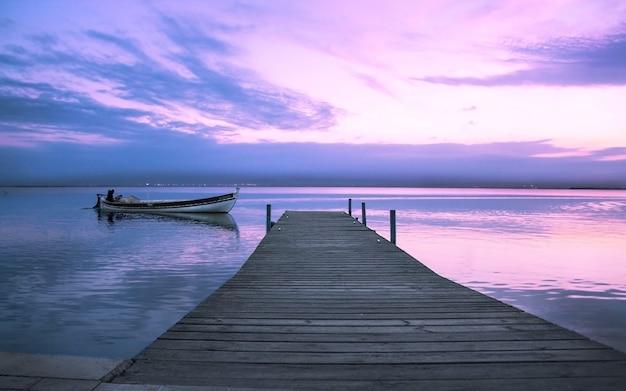 Ciepła scena jesiennych kolorów na jeziorze albufera w walencji w hiszpanii z łodziami rekreacyjnymi