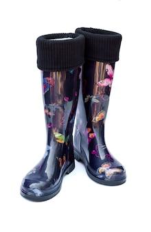 Ciepłe czarne damskie gumowe buty na białym tle