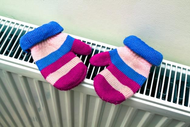 Ciepłe ręcznie dzianinowe wełniane rękawiczki dziecięce w paski suszące się na hea