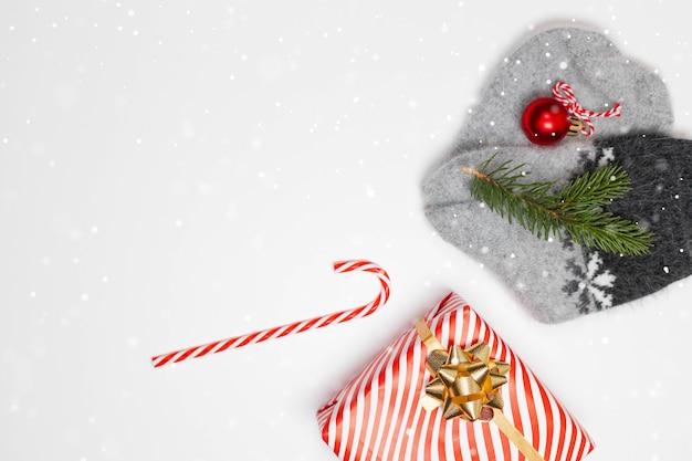 Ciepłe skarpetki z dzianiny w pudełku prezentowym, prezentem-niespodzianką, cukierkową laską i wiecznie zieloną gałązką