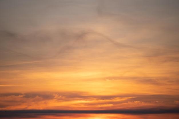Ciepłe słońce przed wschodem słońca rano na wsi.