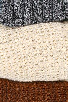 Ciepłe swetry z dzianiny. kupie dzianiny na niebieskim tle, swetry, dzianiny