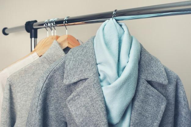 Ciepłe ubrania na wieszaku