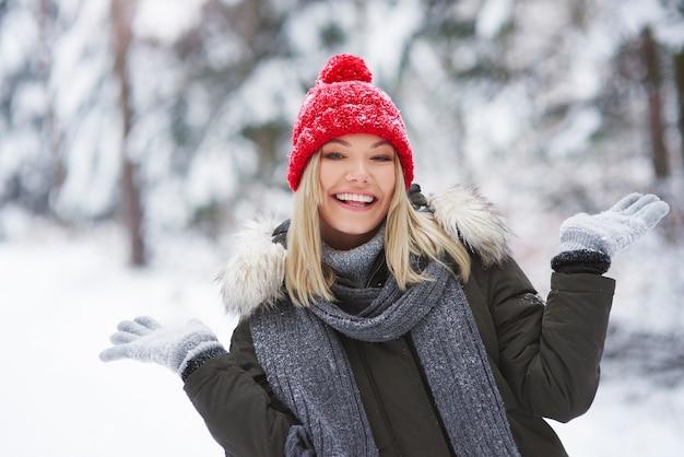 Ciepło ubrana kobieta w okresie zimowym