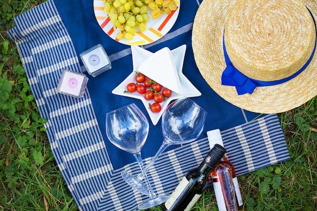 Ciepły letni weekend, jasny kemping, piknik