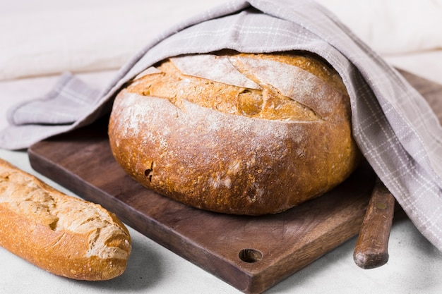 Ciepły okrągły chleb owinięty tkaniną