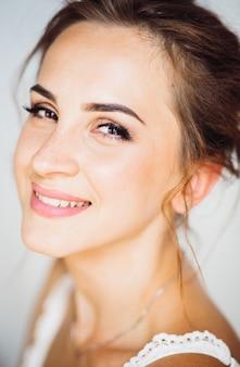 Ciepły portret pięknej młodej brunetki z delikatnym uśmiechem