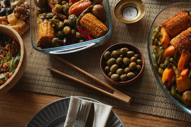 Ciepły, stonowany obraz tła pysznego domowego jedzenia na jesiennym stole,