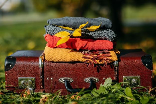 Ciepły sweter układa się na klasycznej walizce
