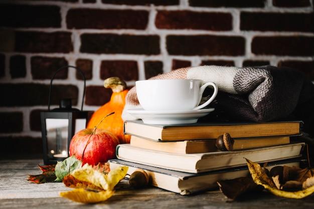 Ciepły układ książek i liści