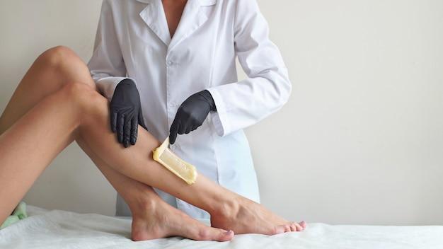 Ciepły wosk na kobiecych stopach, profesjonalna depilacja depilacji w studio