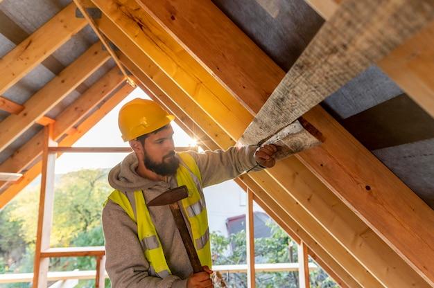 Cieśla człowiek pracuje na drewnie