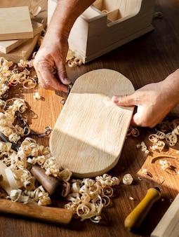 Cieśla pracujący na kawałku drewna wysoki widok