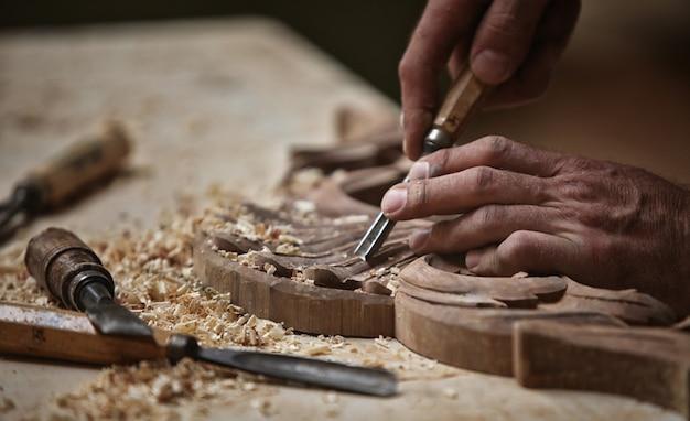Cieśla pracuje drewno, szuka inspiracion