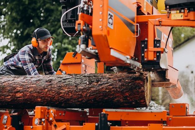 Cieśla pracuje na tartaku na manufakturze drewna