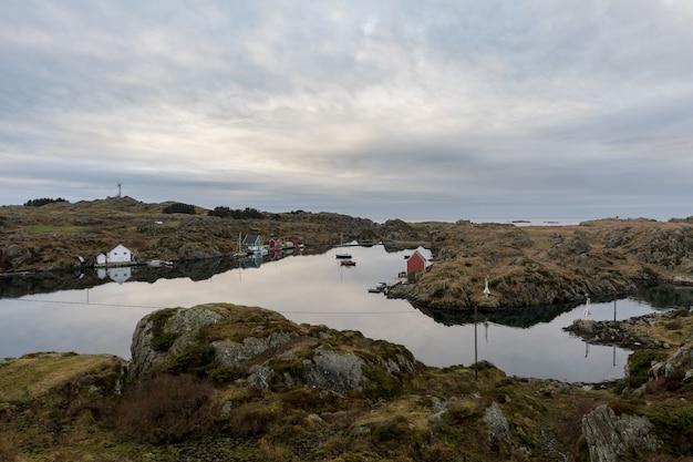 Cieśnina między rovar i urd, dwie wyspy w archipelagu rovaer w haugesund, na zachodnim wybrzeżu norwegii.