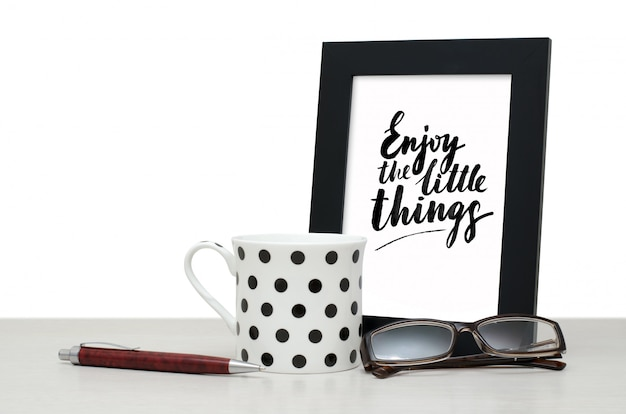 Ciesz się małymi rzeczami. odręczny napis w ramce.
