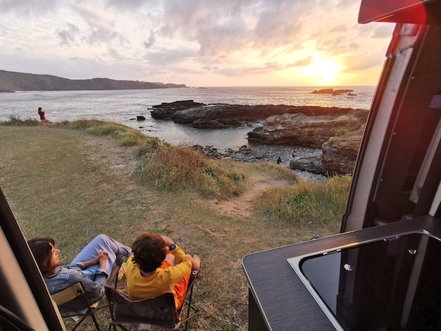 Ciesz się przyrodą oglądając zachód słońca z kamperem