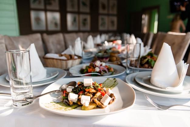Ciesz się pysznym greckim posiłkiem śródziemnomorskim z sałatkami vergetables