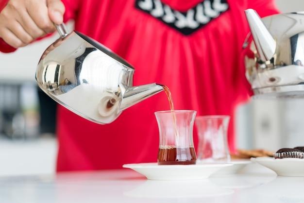 Ciesząc się herbatą w domu