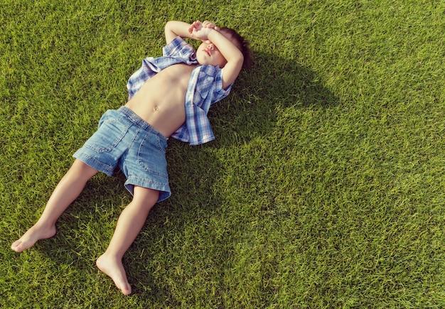 Ciesząc się na doskonałym polu trawy