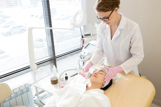 Cieszący się masażem twarzy