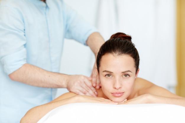 Cieszący się masażem