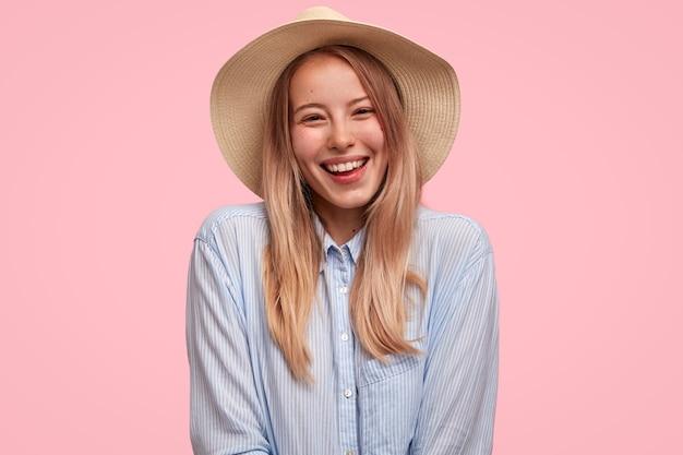 Cieszę się, że turystka nosi koszulę i słomkowy letni kapelusz