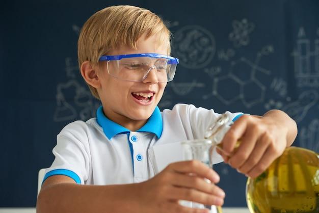 Cieszy się lekcja chemii