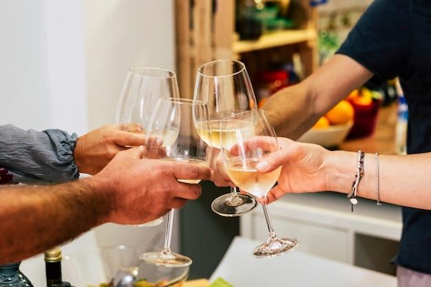 Cieszymy się kolacją z przyjaciółmi. widok z góry na grupę ludzi jedzących razem kolację siedzącą przy rustykalnym drewnianym stole - winorośl