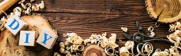 Cięte drewno, wióry i narzędzia stolarskie. diy z drewna. długi baner. skopiuj miejsce. wysokiej jakości zdjęcie