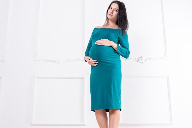 Ciężarna dziewczyna w sukience z dużym brzuchem. zdjęcie wysokiej jakości