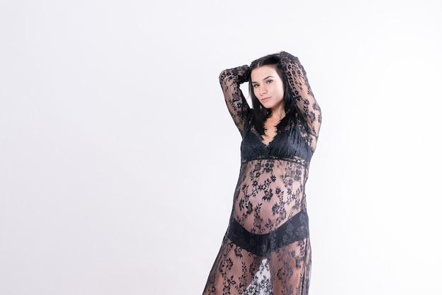 Ciężarna dziewczyna z dużym brzuchem w peignoir. zdjęcie wysokiej jakości