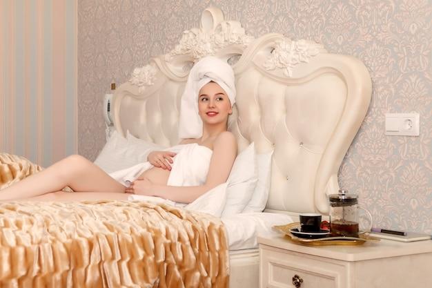 Ciężarna młoda kobieta słowiański wygląd po prysznicu