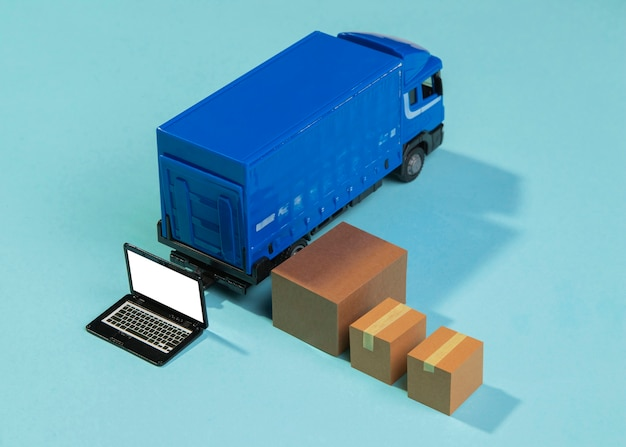 Ciężarówka dostawcza pod wysokim kątem i pudełka
