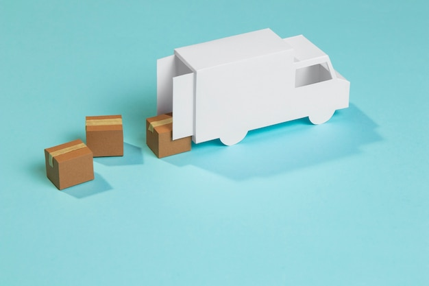 Ciężarówka dostawcza zabawki pod dużym kątem i pudełka