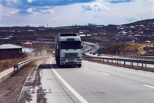 Ciężarówka jedzie wzdłuż drogi