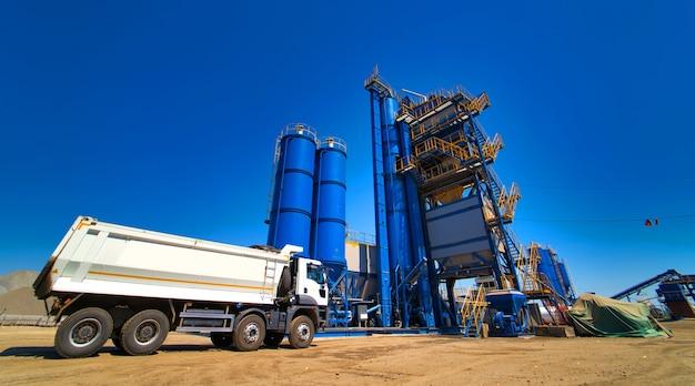 Ciężarówka jest gotowa do załadunku żwiru lub piasku na betonowej stacji