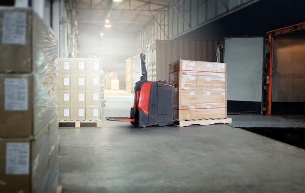 Ciężarówka kontenerowa zaparkowana i załadowana w magazynie w dokach. przesyłka cargo. przemysł transport ciężarowy.