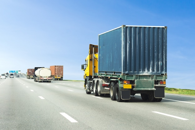 Ciężarówka na drodze autostrady z niebieskim pojemnikiem