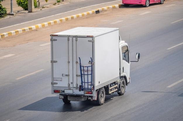 Ciężarówka na drodze, mała ciężarówka na drodze.