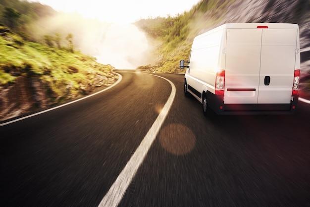 Ciężarówka na drodze w naturalnym krajobrazie