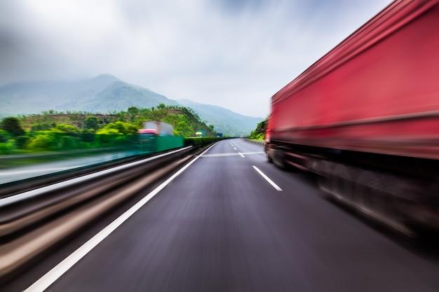 Ciężarówka na szybkiej drodze ekspresowej, rozmycie ruchu