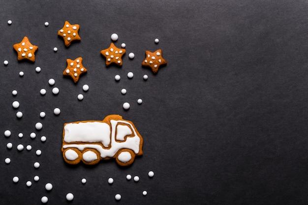 Ciężarówka pierniki ciasteczka w kształcie na czarnym tle, koncepcja bożego narodzenia