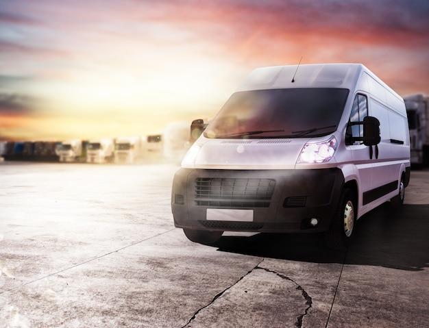 Ciężarówka transportowa gotowa do szybkiego dostarczania paczek. renderowanie 3d
