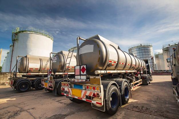 Ciężarówka transportowa niebezpieczna cysterna do przewozu chemikaliów ze stali nierdzewnej jest zaparkowana w fabryce.